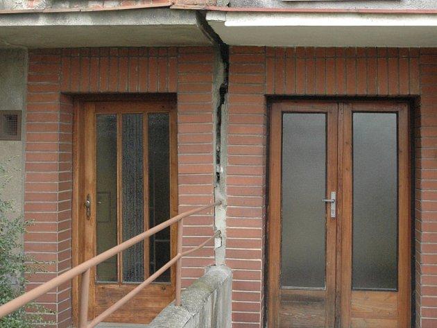 Domy praskají – stojí na špatném podloží a ničí je i otřesy při průjezdu těžkých aut.