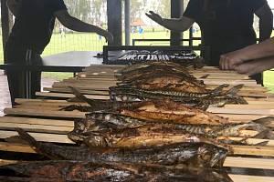 Makrely na klacku pečené u fotbalového hřiště v Blatci
