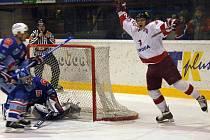 Martin Davídek (vpravo) se raduje z gólu