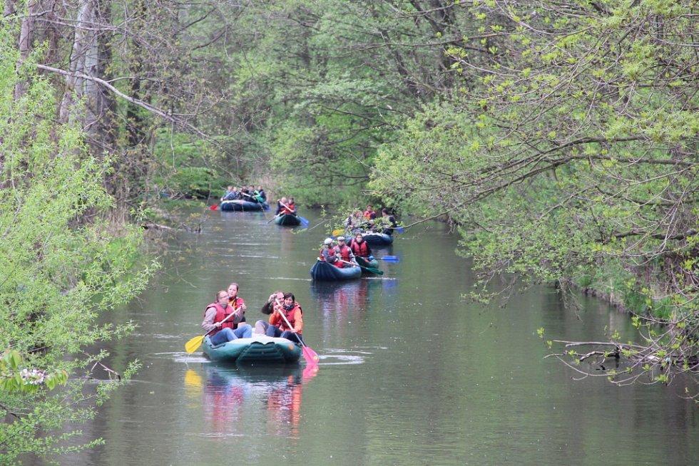Účastníci akce Odemykání Moravy vyrazili v soboru ráno po řece z Horky nad Moravou do Olomouce.