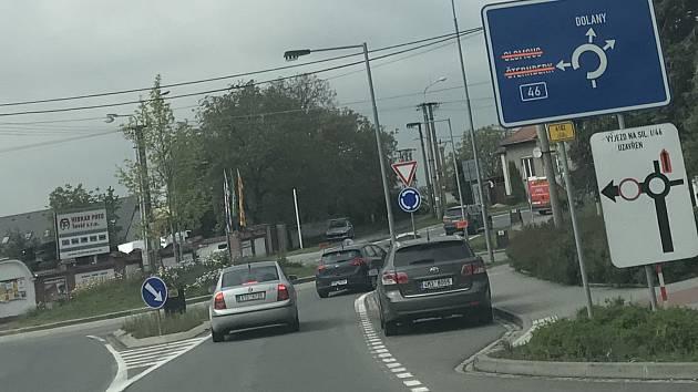 Práce na odbočovacím pruhu u Tovéře poslaly motoristy jedoucí z Olomouce do Šternberka na objížďku vedoucí na Dolany