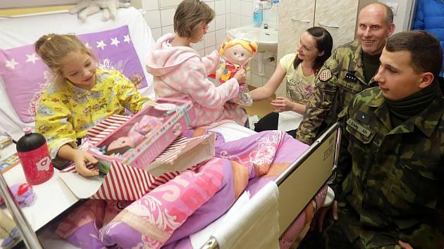 Dětem, která stráví Vánoce v nemocnici, nadělili dárky vojáci aktivních záloh.