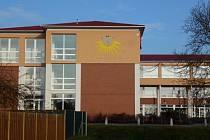 Základní školu ve Vítězné ulici v Litovli zdobí sluneční hodiny