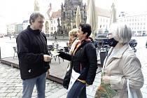 Darja Lešanovská a Maruška Smolková nabízejí  kytičky na olomouckém Horním Náměstí