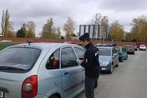 Policisté kontrolovali v pondělí parkoviště u neředínského hřbitova v Olomouci. Spousta řidičů nechávala v autech volně odložené věci, které mohly přilákat zloděje.
