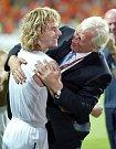 červen 2004. Pavel Nedvěd a Karel Brückner po slavném vítěztsví na d Nizozemskem 3:2 na ME v Portugalsku