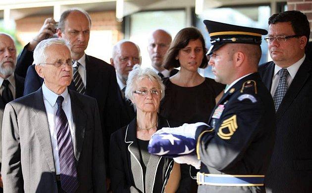 Zdena Mašínová na pohřbu bratra Ctirada vamerickém Clevelandu vsrpnu 2011.Vlevo bratr Josef Mašín