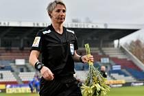 Rozhodčí Jana Adámková dostala před zápasem Sigmy s Mladou Boleslaví kytici od olomouckého kapitána Miloše Buchty