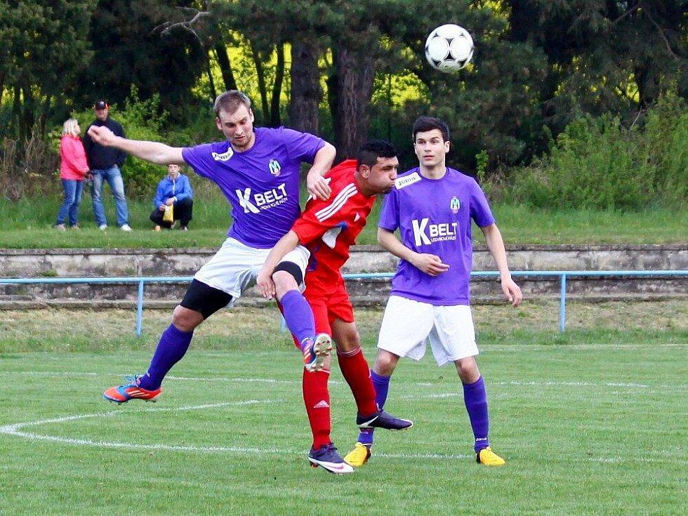 Fotbalisté Šternberka (v červeném) proti Velkým Losinám