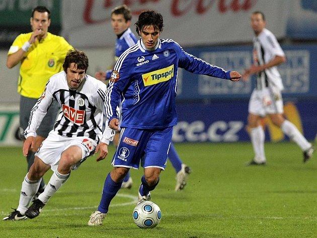 Brazilec Rossi kontroluje míč