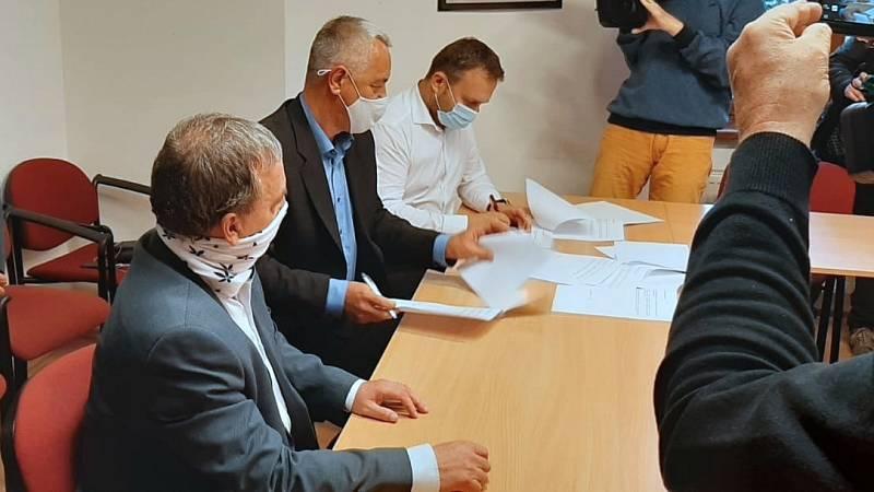 Podpis memoranda o koaliční spolupráci - zleva lídr ODS Dalibor Horák, lídr Pirátů a Starostů Josef Suchánek a lídr Spojenců Marian Jurečka