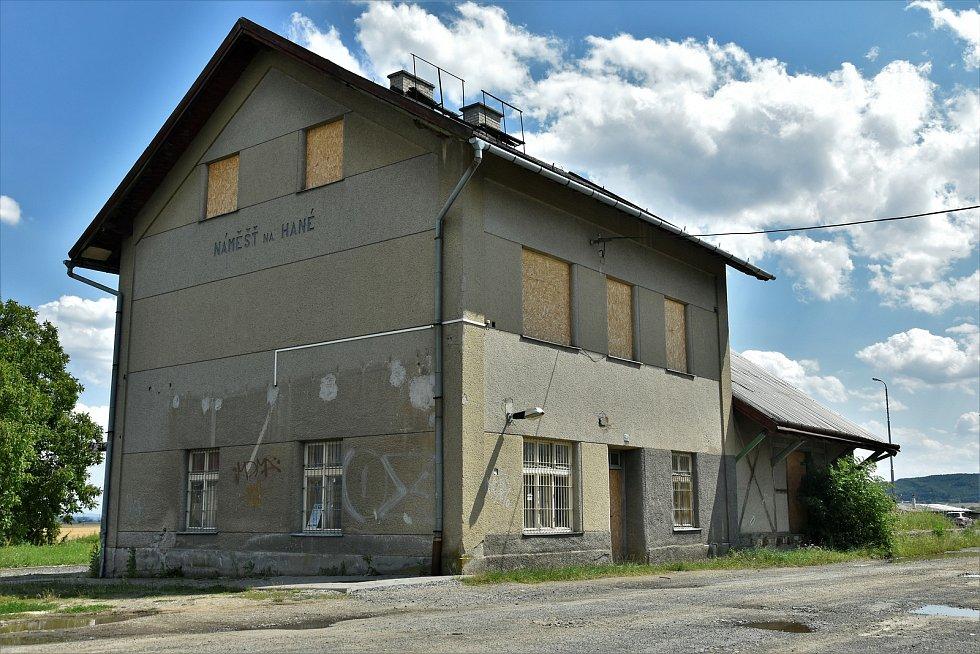 Budova a přilehlý sklad bývalého nádraží v Náměšti na Hané, 22. 7. 2020