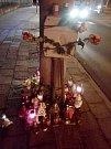 Svíčky na místě tragické nehody ve Wolkerově ulici v Olomouci. Po nárazu mercedesu do sloupu tam zemřela mladá žena