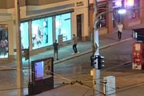 Trojice mladíků zkoušela v neděli nad ránem v centru Olomouce surfovat na plastové dopravní značce, zábavu ukončil příjezd hlídky městské policie.