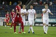 Olomoučtí fotbalisté (v červeném) remizovali se Slováckem 0:0Tomáš Chorý (vlevo) a Veliče Šumulikoski (s kapitánskou páskou)