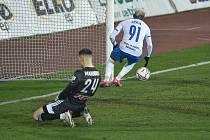 Proměněná penalta na 1:1. (Zleva) brankář Olomouce Aleš Mandous a Dyjan Carlos De Azevedo z Ostravy.