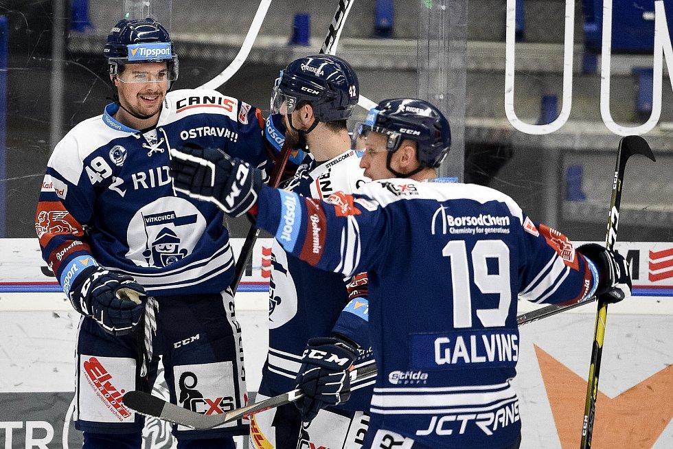 Dohrávka 12. kola hokejové extraligy: HC Vítkovice Ridera - HC Olomouc, 12. ledna 2021 v Ostravě. (zleva) Nicolas Werbik z Vítkovic, Petr Gewiese z Vítkovic a Guntis Galvinš z Vítkovic.