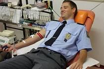 Policisté přišli darovat krev do olomoucké fakultní nemocnice