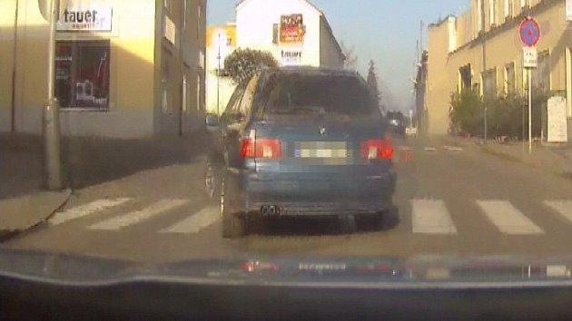Zdrogovaný zloděj ukradl v Uničově BMW a ujížděl policistům