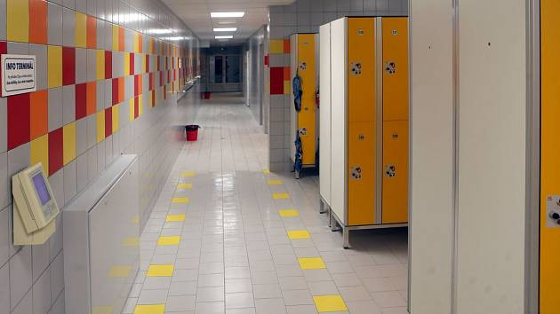 Nově opravené šatny krytého bazénu v Olomouci dostanou kamery, které budou sledovat prostor skříněk.