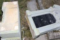 Třicetiletý muž z Uničovska poničil hroby ve Slatinicích při cestě z hospody