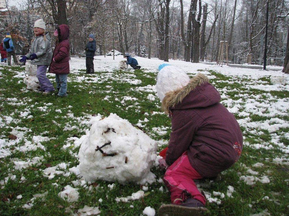 První příval sněhu v olomouckých Bezručových sadech