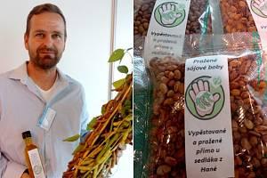 """Roman Koutek z Topolan pěstuje sóju už dvanáct let. Letos poprvé z vlastní úrody lisuje olej a část produkce zpracuje pražením na sójové """"oříšky"""""""
