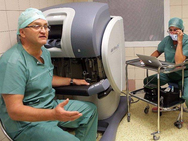 Přednosta Urologické kliniky Fakultní nemocnice Olomouc Vladimír Študent odpovídal čtenářům Deníku přímo z operačního