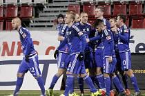 Fotbalisté Sigmy Olomouc (v modrém) porazili Slovácko 2:0.
