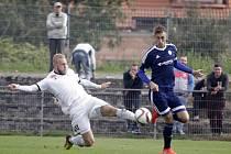 Fotbalisté Uničova porazili HFK Olomouc (v bílém) 4:1. Alex Řehák (vlevo) a Aleš Krč.