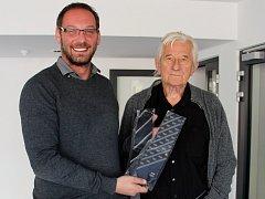 Karel Brückner věnoval do charitativního Kabelkového veletrhu kravaty z Eura i olympiády. Vlevo šéfredaktor Olomouckého deníku Martin Dostál