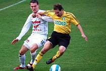 David Korčian se snaží sebrat míč soupeři.