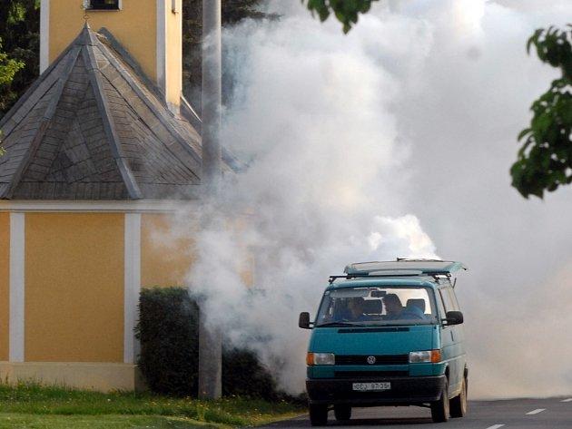 Hejna komářů museli hubit také ve Střeni pomocí postřiků.