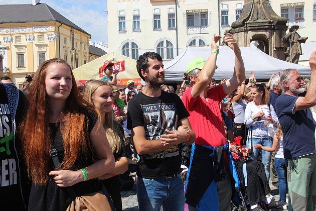 Publikum tleskalo skupině Jelen, Pekař i malým tanečníkům