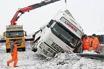 Nehoda kamionu na R35 u Daskabátu uzavřela v úterý 19. ledna hlavní tah z Olomouce na Ostravu