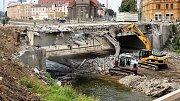 Demolice mostu v Komenského ulici v Olomouci jako součást stavby protipovodňových opatření v centru Olomouce