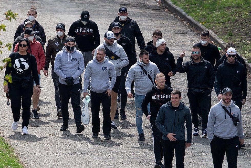 Fanoušci Baníku před Androvým stadionem v Olomouci, 24. dubna 2021