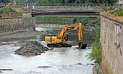 Hladina řeky Moravy se snižuje kvůli bourání mostu v Komenského ulici