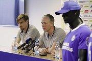Aleš Škerle, obránce (vlevo), Václav Jílek, trenér. Fotbalový klub Sigma Olomouc představil nového sponzora a hodnotil situaci před jarní částí sezony