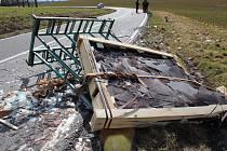 Nehoda náklaďáku převážejícího skleněné tabule u Topolan
