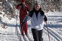 Měrková (vpravo) s Honkovou na běžkách.