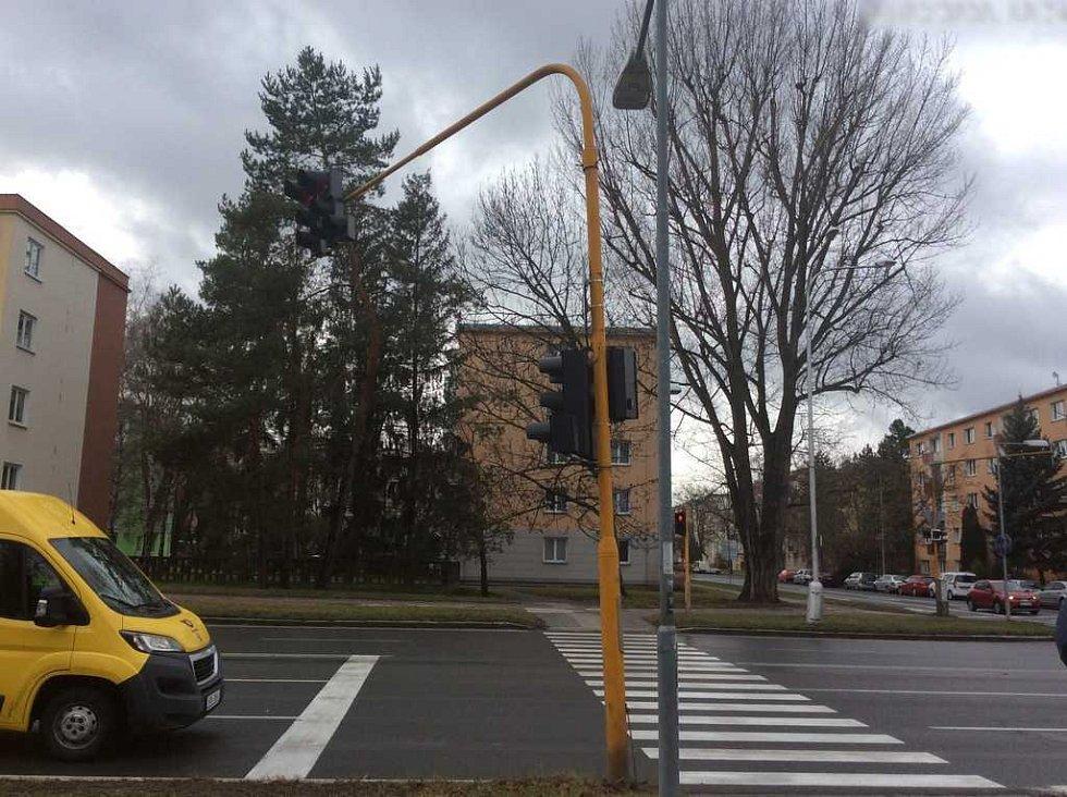 Vítr ohnul semafor ve Foerstrově ulici v Olomouci, 4.2.2020