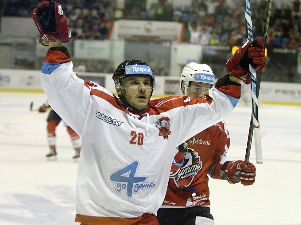 Olomoučtí hokejisté (v bílém) porazili na svém ledě Pardubice 2:1. Na snímku František Skládaný.