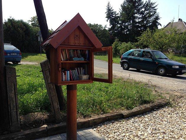 V Obectově, místní části Bouzova, přišli s neotřelým nápadem, jak zájemcům o četbu knih zajistit vyžití. Na návsi zřídili originální miniknihovničku.