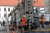 Vrtná souprava na Dolním náměstí připravuje výkop pro umístění nového transformátoru společnosti ČEZ