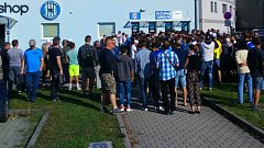 Několik desítek fanoušků se kvůli problémům se vstupenky dostalo na tribuny Androva stadionu až za stavu 3:0. Takto vypadalo situace u jedné z pokladen přibližně pět minut před výkopem utkání.