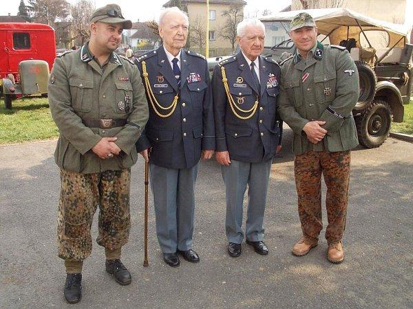 """Sbrigádním generálem Emilem Bočkem (druhý zprava), příslušníkem RAF. """"Inepříteli je třeba vzdát pocta,"""" uvedl generál, oceněný Řádem Bílého lva."""