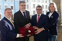 Svazek čtyř klíčů symbolizující novou koalici na olomoucké radnici - zleva: Ladislav Šnevajs (KDU-ČSL), Miroslav Žbánek (ANO 2011), Martin Major (ODS) a Stanislav Flek (spOLečně)