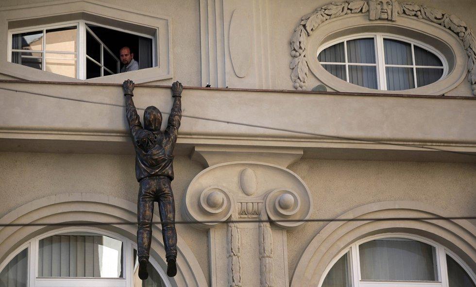 Po Muzeu moderního umění  už ručkuje Lupič od Davida Černého.