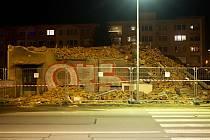 Bourání domu v Rooseveltově ulici kvůli stavbě tramvaje, večer 6. března 2020